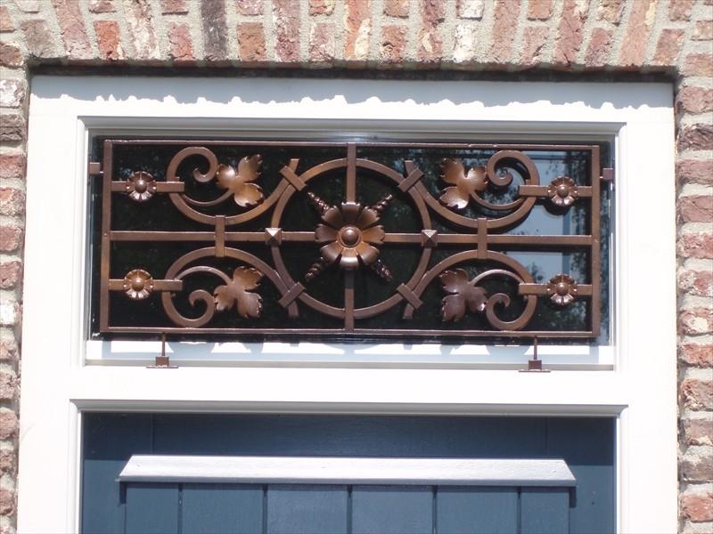 Raamdecoratie j vd mortel ramen en deuren for Houten decoratie voor raam